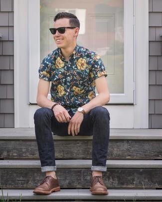 Dunkelgrüne Sonnenbrille kombinieren – 500+ Herren Outfits: Für ein bequemes Couch-Outfit, paaren Sie ein dunkelblaues Kurzarmhemd mit Blumenmuster mit einer dunkelgrünen Sonnenbrille. Braune Leder Derby Schuhe putzen umgehend selbst den bequemsten Look heraus.