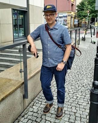 40 Jährige: Transparente Sonnenbrille kombinieren – 496 Herren Outfits: Kombinieren Sie ein blaues Chambray Kurzarmhemd mit einer transparenten Sonnenbrille für einen entspannten Wochenend-Look. Dunkelbraune klobige Leder Derby Schuhe bringen klassische Ästhetik zum Ensemble.