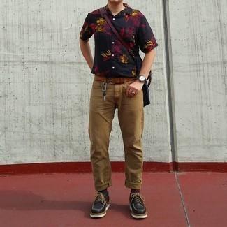 40 Jährige: Outfits Herren 2021: Erwägen Sie das Tragen von einem schwarzen Kurzarmhemd mit Blumenmuster und beige Jeans für ein Alltagsoutfit, das Charakter und Persönlichkeit ausstrahlt. Fühlen Sie sich mutig? Vervollständigen Sie Ihr Outfit mit schwarzen klobigen Leder Derby Schuhen.
