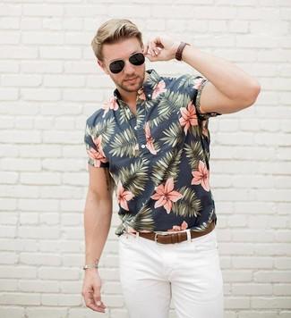 Wie kombinieren: schwarzes Kurzarmhemd mit Blumenmuster, weiße Jeans, brauner Ledergürtel, schwarze Sonnenbrille