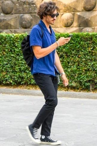 Blaues Kurzarmhemd kombinieren: trends 2020: Kombinieren Sie ein blaues Kurzarmhemd mit schwarzen Jeans für einen bequemen Alltags-Look. Bringen Sie die Dinge durcheinander, indem Sie schwarzen und weißen hohe Sneakers aus Segeltuch mit diesem Outfit tragen.