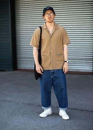 Beige Kurzarmhemd kombinieren – 137 Herren Outfits: Tragen Sie ein beige Kurzarmhemd und dunkelblauen Jeans für ein sonntägliches Mittagessen mit Freunden. Bringen Sie die Dinge durcheinander, indem Sie weißen hohe Sneakers aus Segeltuch mit diesem Outfit tragen.