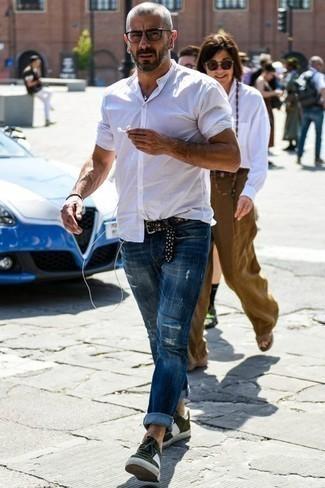 Olivgrüne Wildleder niedrige Sneakers kombinieren: trends 2020: Vereinigen Sie ein weißes Kurzarmhemd mit blauen Jeans mit Destroyed-Effekten für einen entspannten Wochenend-Look. Fügen Sie olivgrünen Wildleder niedrige Sneakers für ein unmittelbares Style-Upgrade zu Ihrem Look hinzu.