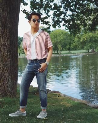Graue Segeltuch niedrige Sneakers kombinieren – 123 Herren Outfits: Ein weißes und rotes vertikal gestreiftes Kurzarmhemd und dunkelblaue Jeans mit Destroyed-Effekten sind eine ideale Outfit-Formel für Ihre Sammlung. Wählen Sie grauen Segeltuch niedrige Sneakers, um Ihr Modebewusstsein zu zeigen.
