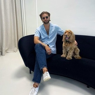 Casual Outfits Herren 2020: Paaren Sie ein hellblaues Kurzarmhemd mit dunkelblauen Jeans für ein großartiges Wochenend-Outfit. Weiße Segeltuch niedrige Sneakers sind eine kluge Wahl, um dieses Outfit zu vervollständigen.