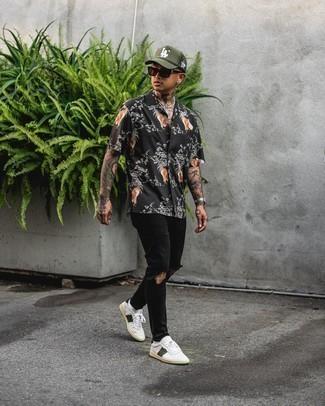 Weiße und grüne Leder niedrige Sneakers kombinieren – 108 Herren Outfits: Kombinieren Sie ein schwarzes bedrucktes Kurzarmhemd mit schwarzen Jeans mit Destroyed-Effekten für einen entspannten Wochenend-Look. Fühlen Sie sich ideenreich? Wählen Sie weißen und grünen Leder niedrige Sneakers.