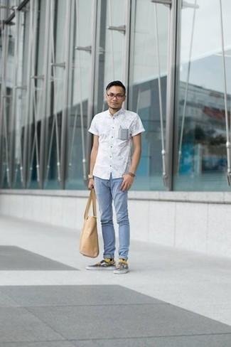 Goldene Uhr kombinieren: trends 2020: Entscheiden Sie sich für Komfort in einem weißen bedruckten Kurzarmhemd und einer goldener Uhr. Fühlen Sie sich ideenreich? Vervollständigen Sie Ihr Outfit mit mehrfarbigen bedruckten Slip-On Sneakers aus Segeltuch.