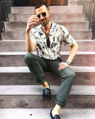 Weißes Kurzarmhemd mit Blumenmuster kombinieren: trends 2020: Tragen Sie ein weißes Kurzarmhemd mit Blumenmuster und dunkelgrünen Jeans für ein sonntägliches Mittagessen mit Freunden. Fühlen Sie sich mutig? Entscheiden Sie sich für schwarzen Leder Slipper.