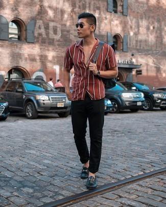 Schwarze Jeans kombinieren – 1200+ Herren Outfits: Kombinieren Sie ein rotes vertikal gestreiftes Kurzarmhemd mit schwarzen Jeans, um einen lockeren, aber dennoch stylischen Look zu erhalten. Vervollständigen Sie Ihr Outfit mit schwarzen Leder Slippern, um Ihr Modebewusstsein zu zeigen.
