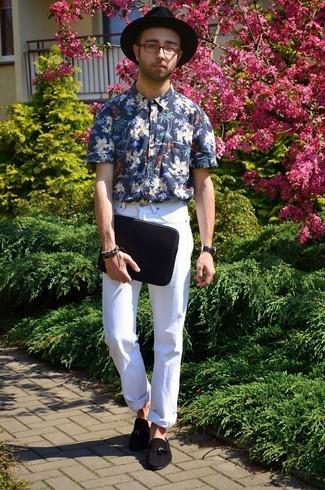 Entscheiden Sie sich für ein dunkelblaues und weißes Kurzarmhemd mit Blumenmuster und einen Hut für ein sonntägliches Mittagessen mit Freunden. Schalten Sie Ihren Kleidungsbestienmodus an und machen schwarzen Wildleder Slipper mit Quasten zu Ihrer Schuhwerkwahl.