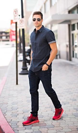 Wie kombinieren: dunkelblaues Kurzarmhemd, dunkelblaue Jeans, rote Sportschuhe, schwarze Sonnenbrille