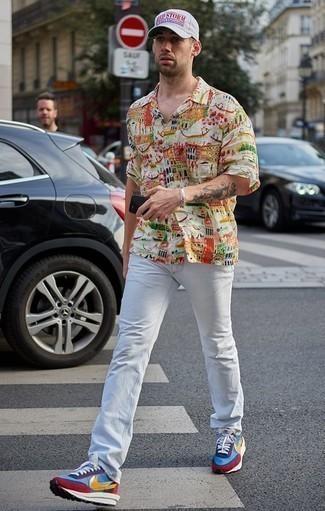 Mehrfarbige Sportschuhe kombinieren: trends 2020: Kombinieren Sie ein mehrfarbiges bedrucktes Kurzarmhemd mit weißen Jeans, um mühelos alles zu meistern, was auch immer der Tag bringen mag. Machen Sie diese Aufmachung leger mit mehrfarbigen Sportschuhen.