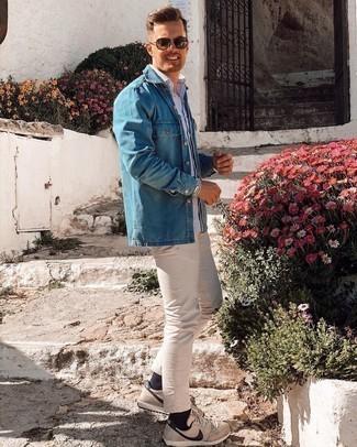 Jeanshemd kombinieren – 500+ Herren Outfits: Kombinieren Sie ein Jeanshemd mit einer hellbeige Chinohose für ein großartiges Wochenend-Outfit. Bringen Sie die Dinge durcheinander, indem Sie hellbeige Sportschuhe mit diesem Outfit tragen.