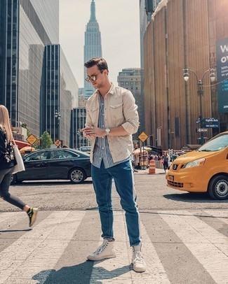 Weißes und dunkelblaues vertikal gestreiftes Kurzarmhemd kombinieren – 97 Herren Outfits: Kombinieren Sie ein weißes und dunkelblaues vertikal gestreiftes Kurzarmhemd mit blauen Jeans für einen bequemen Alltags-Look. Fühlen Sie sich ideenreich? Wählen Sie hellbeige hohe Sneakers aus Segeltuch.