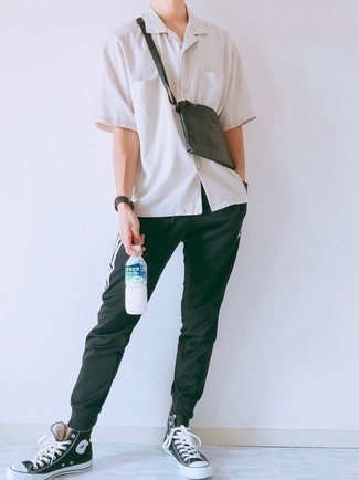 Weißes Kurzarmhemd kombinieren – 500+ Herren Outfits: Für ein bequemes Couch-Outfit, vereinigen Sie ein weißes Kurzarmhemd mit einer schwarzen Jogginghose. Schwarze und weiße hohe Sneakers aus Segeltuch sind eine großartige Wahl, um dieses Outfit zu vervollständigen.