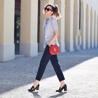 Wie kombinieren: hellblaues Kurzarmhemd, dunkelblaue Karottenhose, schwarze Leder Pumps, rote Leder Umhängetasche