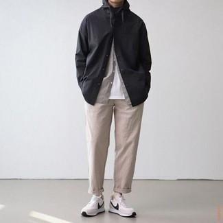 Schwarzes Langarmhemd kombinieren – 471 Herren Outfits: Paaren Sie ein schwarzes Langarmhemd mit einer hellbeige Chinohose, um einen lockeren, aber dennoch stylischen Look zu erhalten. Fühlen Sie sich ideenreich? Komplettieren Sie Ihr Outfit mit weißen und schwarzen Sportschuhen.