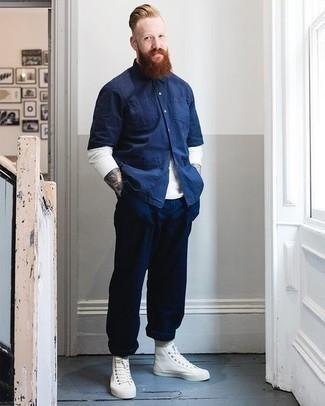 Graue Socken kombinieren – 500+ Herren Outfits: Paaren Sie ein dunkelblaues Kurzarmhemd mit grauen Socken für einen entspannten Wochenend-Look. Weiße hohe Sneakers aus Segeltuch putzen umgehend selbst den bequemsten Look heraus.