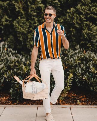 Wie kombinieren: mehrfarbiges vertikal gestreiftes Kurzarmhemd, weiße enge Jeans, hellbeige Wildleder niedrige Sneakers, braune Sonnenbrille
