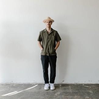 Hut kombinieren – 1200+ Herren Outfits: Für ein bequemes Couch-Outfit, entscheiden Sie sich für ein olivgrünes Kurzarmhemd und einen Hut. Vervollständigen Sie Ihr Outfit mit weißen Leder niedrigen Sneakers, um Ihr Modebewusstsein zu zeigen.