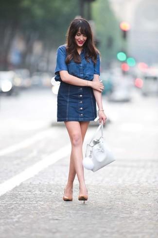 Wie kombinieren: blaues Jeans Kurzarmhemd, dunkelblauer Jeansrock mit knöpfen, beige Leder Pumps, weiße Leder Beuteltasche