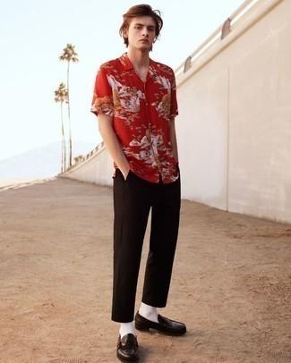 Dunkelbraune Leder Slipper kombinieren – 500+ Herren Outfits: Erwägen Sie das Tragen von einem roten bedruckten Kurzarmhemd und einer dunkelbraunen Chinohose, um einen lockeren, aber dennoch stylischen Look zu erhalten. Wählen Sie dunkelbraunen Leder Slipper, um Ihr Modebewusstsein zu zeigen.
