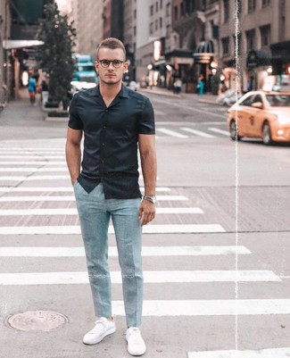 Wie kombinieren: schwarzes Kurzarmhemd, hellblaue Anzughose, weiße niedrige Sneakers, silberne Uhr