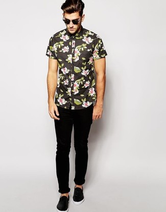 Wie kombinieren: schwarzes Kurzarmhemd mit Blumenmuster, schwarze enge Jeans, schwarze Slip-On Sneakers aus Leder, schwarze Sonnenbrille