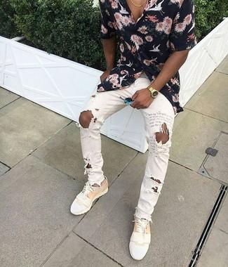 Wie kombinieren: schwarzes Kurzarmhemd mit Blumenmuster, weiße enge Jeans mit Destroyed-Effekten, weiße Leder niedrige Sneakers, goldene Uhr