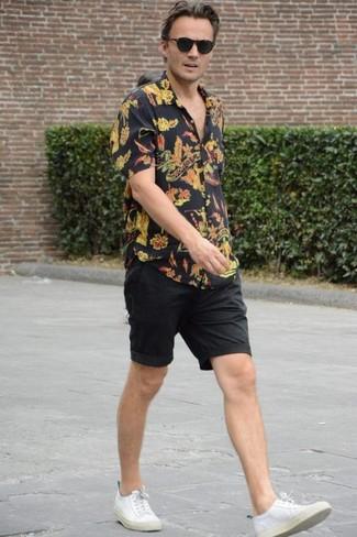 Wie kombinieren: schwarzes Kurzarmhemd mit Blumenmuster, schwarze Shorts, weiße Segeltuch niedrige Sneakers, schwarze Sonnenbrille