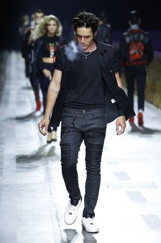 Wie kombinieren: schwarzes Kurzarmhemd, schwarzes T-Shirt mit einem Rundhalsausschnitt, schwarze enge Jeans, weiße Leder niedrige Sneakers