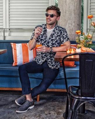Wie kombinieren: schwarzes und weißes bedrucktes Kurzarmhemd, weißes T-Shirt mit einem Rundhalsausschnitt aus Netzstoff, dunkelblaue Chinohose, dunkelblaue Leder Derby Schuhe