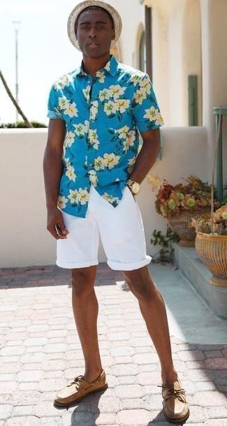 Herren Outfits & Modetrends 2020: Kombinieren Sie ein türkises Kurzarmhemd mit Blumenmuster mit weißen Shorts, um mühelos alles zu meistern, was auch immer der Tag bringen mag. Ergänzen Sie Ihr Look mit beige Leder Bootsschuhen.
