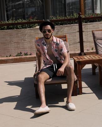 Casual Outfits Herren 2021: Entscheiden Sie sich für ein rosa bedrucktes Kurzarmhemd und schwarzen Shorts für ein Alltagsoutfit, das Charakter und Persönlichkeit ausstrahlt. Graue horizontal gestreifte Segeltuch Espadrilles sind eine gute Wahl, um dieses Outfit zu vervollständigen.