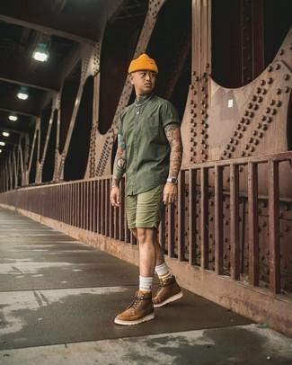 Orange Mütze kombinieren – 204 Herren Outfits: Für ein bequemes Couch-Outfit, kombinieren Sie ein olivgrünes Kurzarmhemd mit einer orange Mütze. Fühlen Sie sich ideenreich? Entscheiden Sie sich für eine braune Lederfreizeitstiefel.