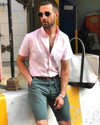Wie kombinieren: rosa Kurzarmhemd, dunkelgrüne Shorts, dunkelbrauner Ledergürtel, schwarze Sonnenbrille