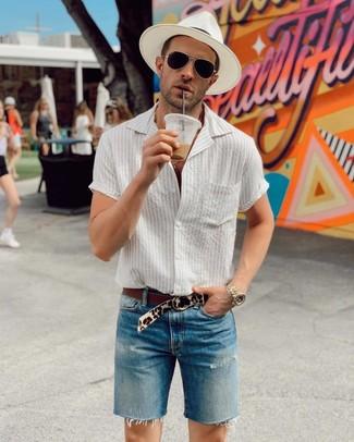 Weißen Strohhut kombinieren: trends 2020: Kombinieren Sie ein weißes vertikal gestreiftes Kurzarmhemd mit einem weißen Strohhut für einen entspannten Wochenend-Look.