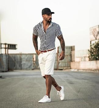 Wie kombinieren: weißes und schwarzes vertikal gestreiftes Kurzarmhemd, weiße Shorts, weiße Leder niedrige Sneakers, schwarze Baseballkappe