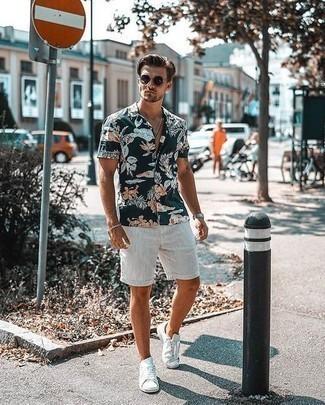 Weiße Segeltuch niedrige Sneakers kombinieren: trends 2020: Paaren Sie ein dunkelblaues Kurzarmhemd mit Blumenmuster mit weißen Shorts für ein Alltagsoutfit, das Charakter und Persönlichkeit ausstrahlt. Weiße Segeltuch niedrige Sneakers sind eine ideale Wahl, um dieses Outfit zu vervollständigen.