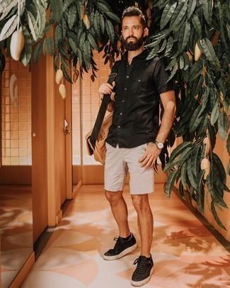 Beige Segeltuch Umhängetasche kombinieren – 31 Herren Outfits: Ein schwarzes Kurzarmhemd und eine beige Segeltuch Umhängetasche sind eine perfekte Wochenend-Kombination. Setzen Sie bei den Schuhen auf die klassische Variante mit schwarzen Segeltuch niedrigen Sneakers.