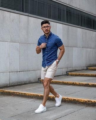 Hellbeige Shorts kombinieren – 331 Herren Outfits: Kombinieren Sie ein blaues Chambray Kurzarmhemd mit hellbeige Shorts für ein großartiges Wochenend-Outfit. Ergänzen Sie Ihr Look mit weißen Segeltuch niedrigen Sneakers.