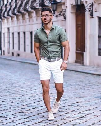 Weiße Shorts kombinieren – 308 Herren Outfits: Paaren Sie ein olivgrünes Kurzarmhemd mit weißen Shorts für ein Alltagsoutfit, das Charakter und Persönlichkeit ausstrahlt. Komplettieren Sie Ihr Outfit mit hellbeige Segeltuch niedrigen Sneakers.