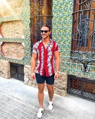 Shorts kombinieren – 1200+ Herren Outfits: Tragen Sie ein rotes Kurzarmhemd mit Blumenmuster und Shorts für ein sonntägliches Mittagessen mit Freunden. Ergänzen Sie Ihr Look mit weißen bedruckten Leder niedrigen Sneakers.