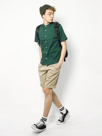 Teenager: Transparente Sonnenbrille kombinieren – 155 Herren Outfits: Ein dunkelgrünes Kurzarmhemd und eine transparente Sonnenbrille sind das Outfit Ihrer Wahl für faule Tage. Schwarze und weiße Segeltuch niedrige Sneakers sind eine einfache Möglichkeit, Ihren Look aufzuwerten.