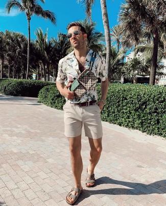 Wie kombinieren: weißes Kurzarmhemd mit Blumenmuster, hellbeige Shorts, graue Ledersandalen, braune bedruckte Segeltuch Bauchtasche