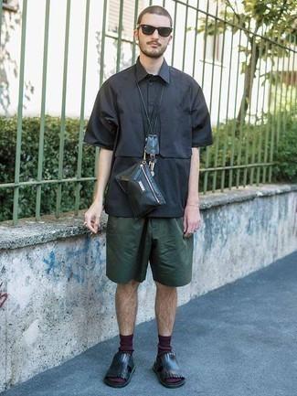 Schwarze Leder Bauchtasche kombinieren – 26 Herren Outfits: Für ein bequemes Couch-Outfit, kombinieren Sie ein dunkelblaues Kurzarmhemd mit einer schwarzen Leder Bauchtasche. Wenn Sie nicht durch und durch formal auftreten möchten, wählen Sie schwarzen Ledersandalen.