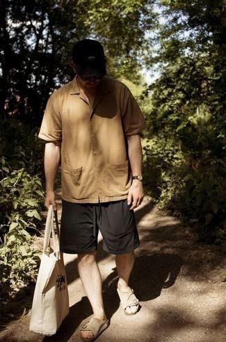 Beige Kurzarmhemd kombinieren – 137 Herren Outfits: Vereinigen Sie ein beige Kurzarmhemd mit schwarzen Shorts für ein sonntägliches Mittagessen mit Freunden. Fühlen Sie sich mutig? Wählen Sie hellbeige Wildledersandalen.