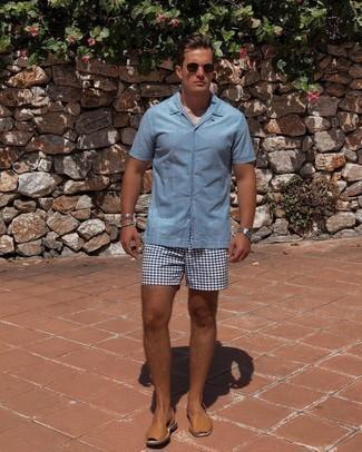 Hellblaues Kurzarmhemd kombinieren – 424 Herren Outfits: Kombinieren Sie ein hellblaues Kurzarmhemd mit weißen und dunkelblauen bedruckten Shorts für ein Alltagsoutfit, das Charakter und Persönlichkeit ausstrahlt. Fühlen Sie sich mutig? Ergänzen Sie Ihr Outfit mit beige Ledersandalen.