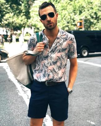 Wie kombinieren: rosa Kurzarmhemd mit Blumenmuster, dunkelblaue Shorts, hellbeige Shopper Tasche aus Segeltuch, schwarzer Ledergürtel