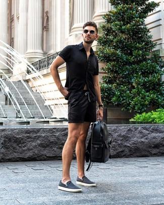 Wie kombinieren: schwarzes Kurzarmhemd, schwarze Shorts, dunkelblaue Slip-On Sneakers aus Segeltuch, schwarzer Leder Rucksack